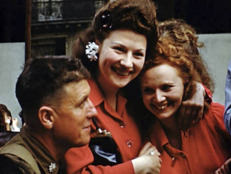 French women smile at U.S. soldiers
